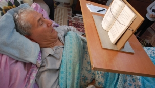 25 Yıldır Yatakta Kitaplarla Yaşıyor
