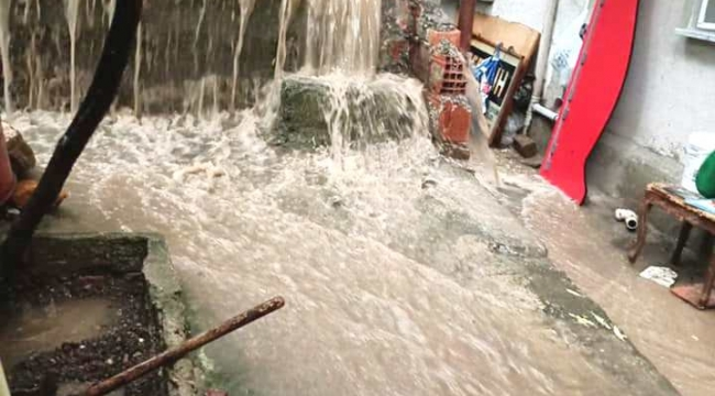 Ev ve İşyerlerini Su Bastı