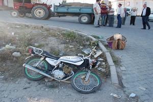 Motosikletle Traktör Çarpıştı 1 Yaralı